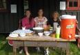 Kløvvegmarsjen 2014 - Blide serveringsjenter ved Røstasetra