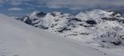 Opp Fruhøtta med utsikt mot Pekhøtta (1396 m) og Blånebba (1422 m)