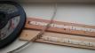 LED-strips teipet på trelameller fra gamle persienner