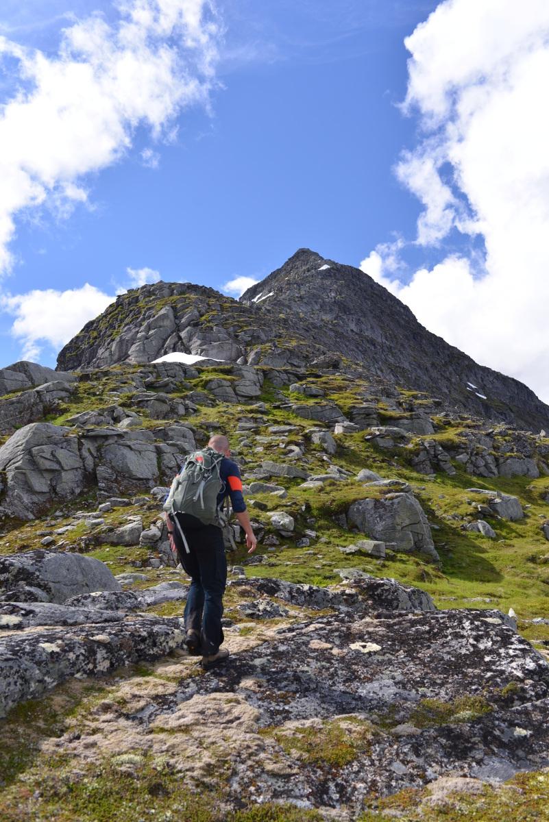På vei opp Pekhøtta. Fotograf: Janicke Syltern