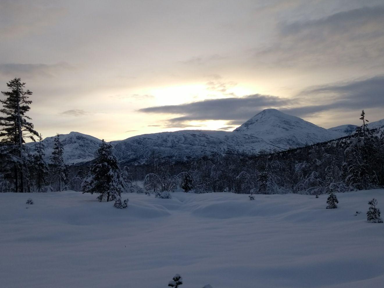 Vintersola går bak Fruhøtta. Fotograf: Liv Lervik