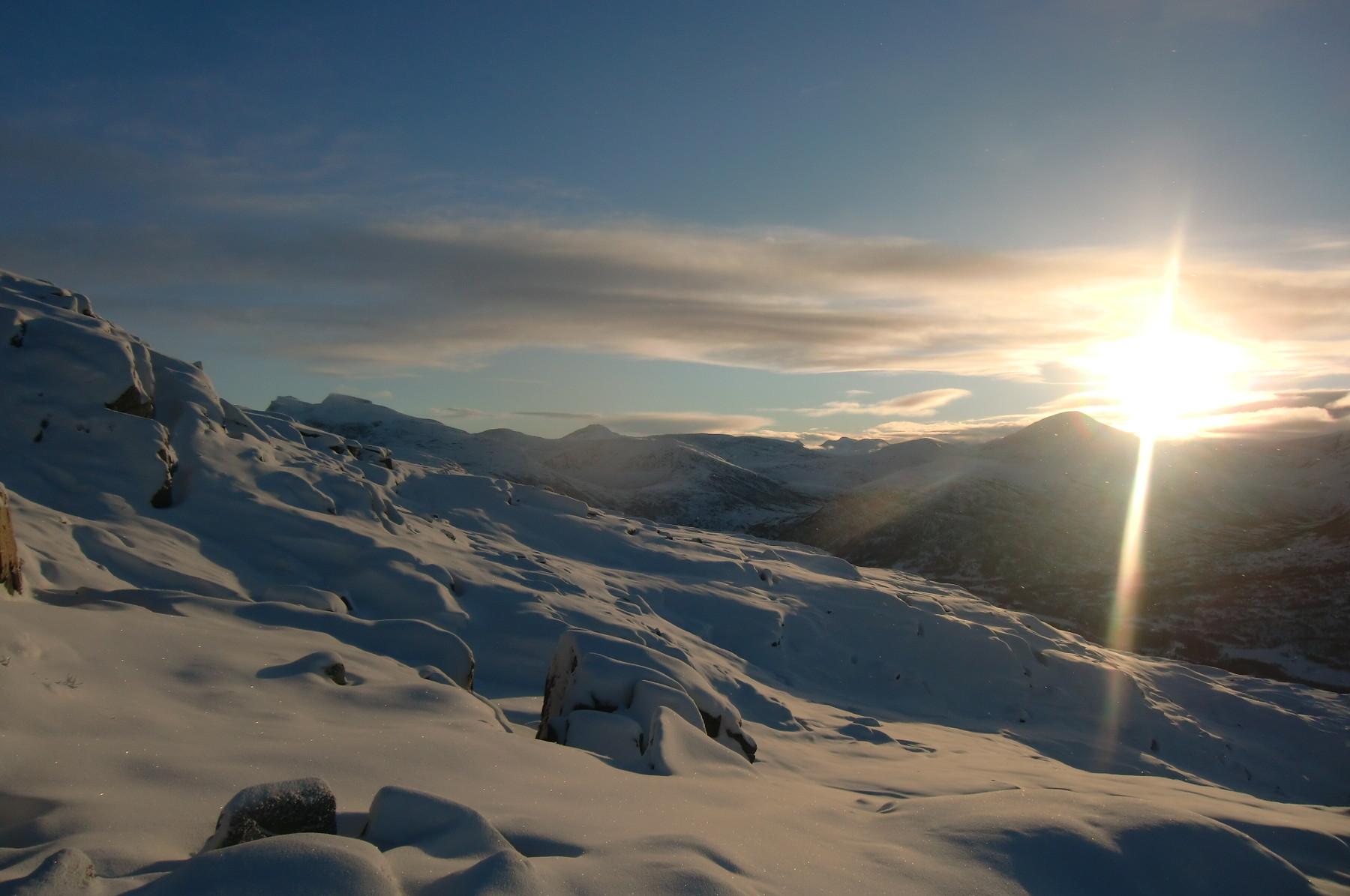 Nysnø og solnedgang bak Fruhøtta. Fotograf: Magne Nordsteien