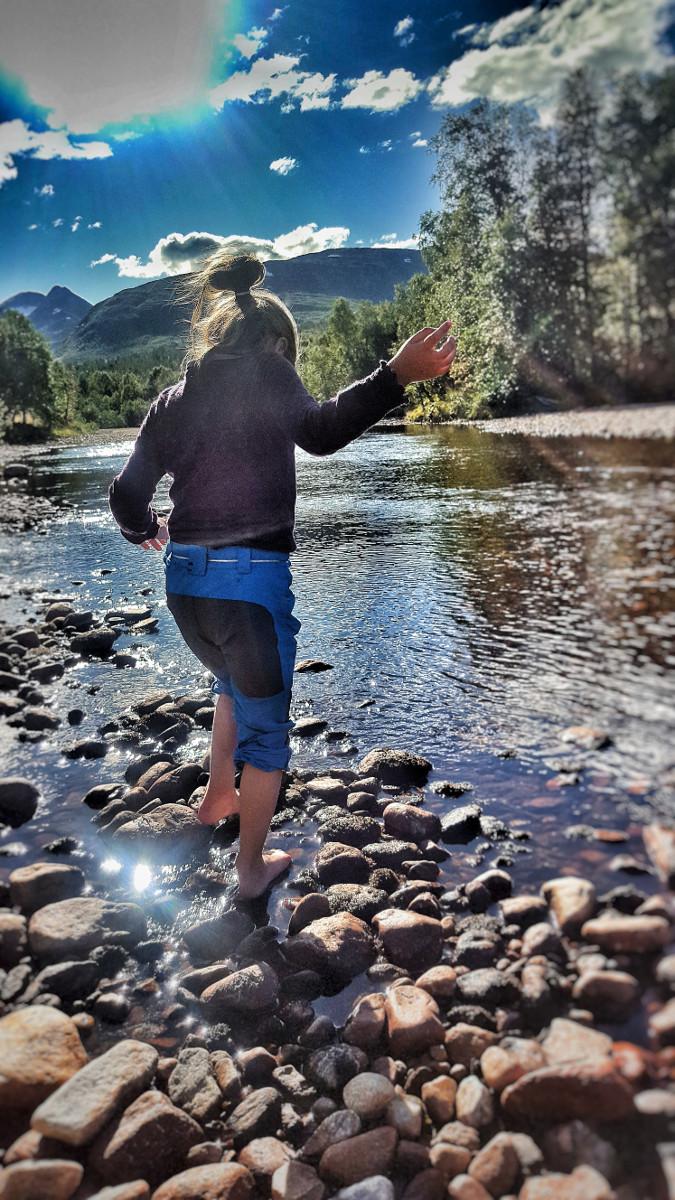 Vassing i elva. Kaldt, men tar sjansen! Fotograf: Mira Sæther.