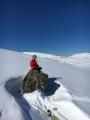 Ole tar seg en kanelsnurrpause før siste etappe til toppen av Kufjellet. Fotograf: Toril Moe