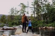 Sindre prøver fiskelykken i Vindøla og bestefar hjelper til, august 2011. Fotograf: Synne Dalsegg Johnsen