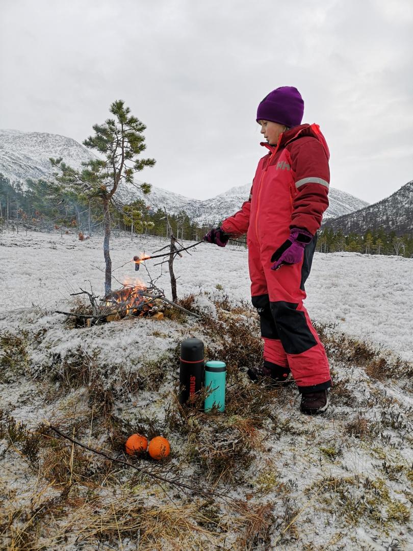Jenta mi ved bålet, 17. november 2019. Fotograf: Ane Mogstad Strand
