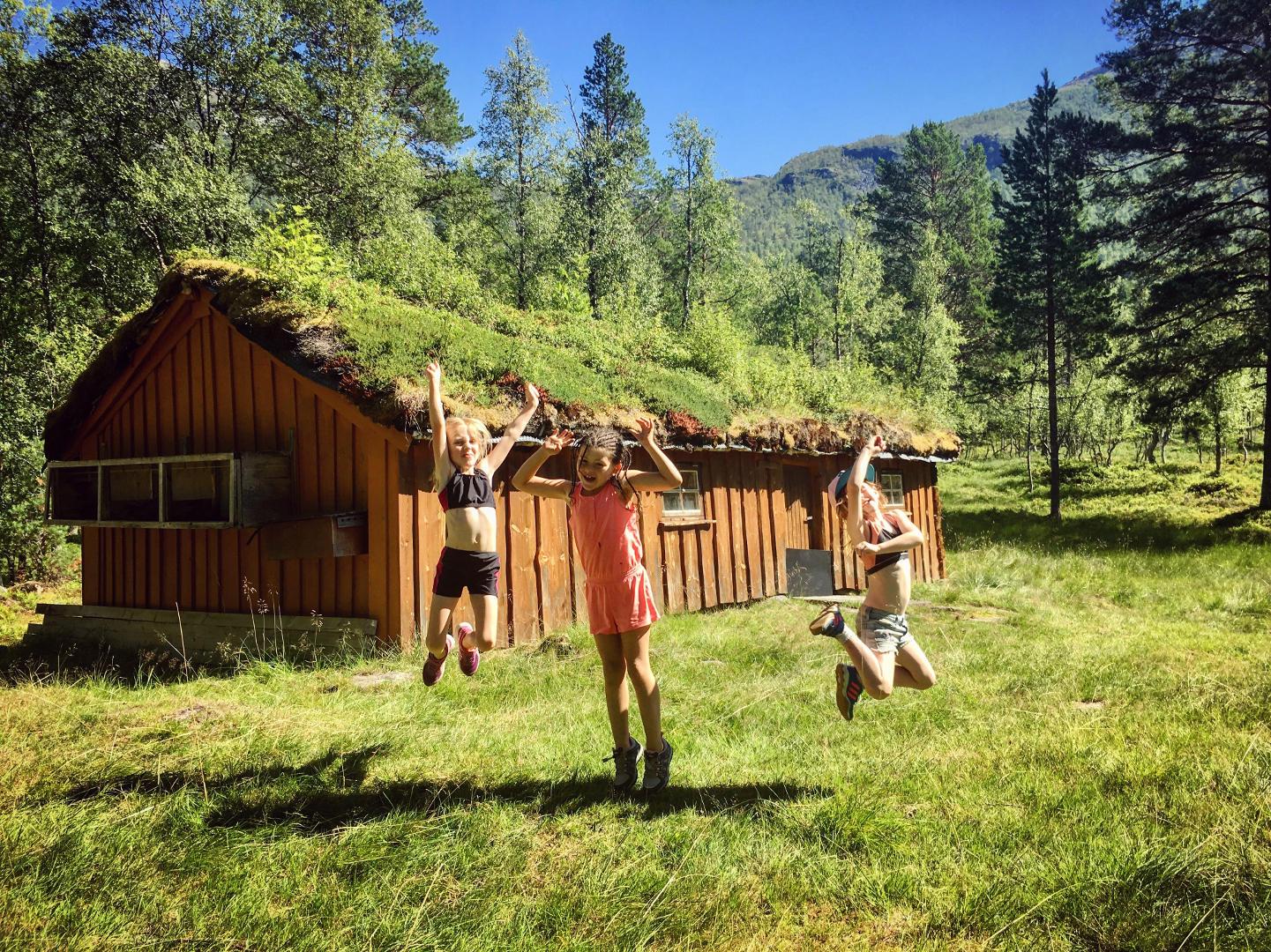 Spreke jenter ved Kløftsetra, Tuva, Synne og Frida, 27. juli 2018. Fotograf: Trine Storholt