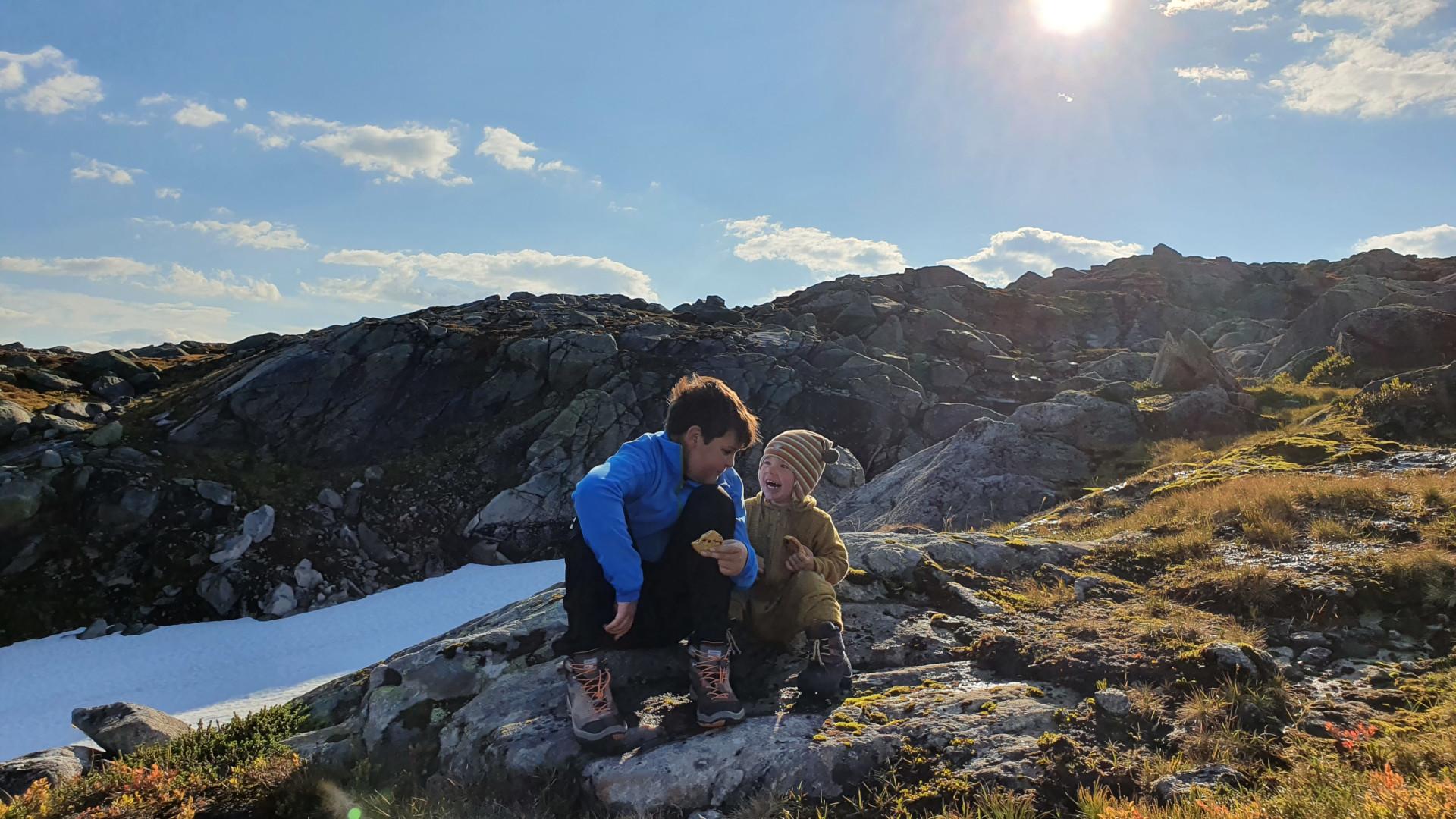 Adrian og Daniel tar en liten pause på tur til Kufjellet, 27. september 2020. Fotograf: Malin Dyrli