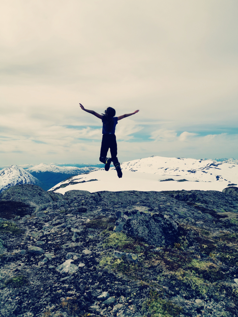 Klara hoppende glad etter sommerskitur opp til Kufjellet, 1. juni 2020. Fotograf: Sophia Gulla